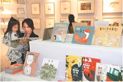 """昨日,第十五屆江蘇讀書節暨第二十四屆南京讀書節啟動儀式在南京圖書館舉行。圖為市民在參觀同時舉辦的""""江蘇原創繪本展""""。"""