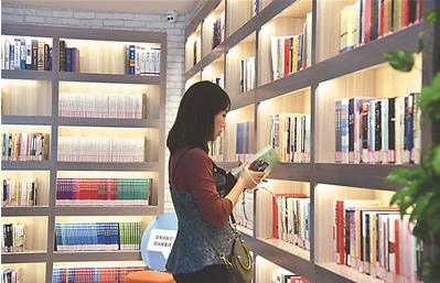 23日,讀者在如皋市如城街道24小時自助圖書館內閱讀。
